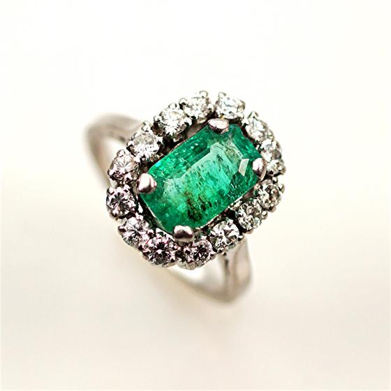 Prsten s brilianty a smaragdem