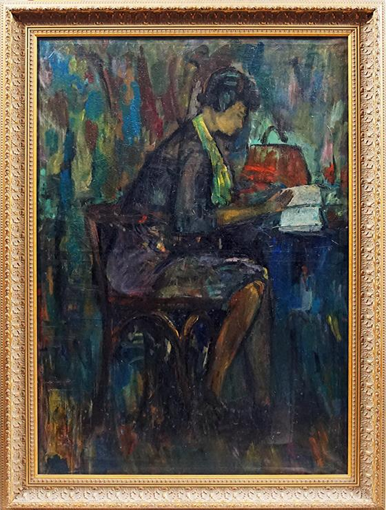 Žena sedící u stolu